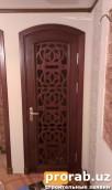 дверь с изделием резьбы