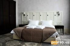 Спальня с декоративной отделкой отточенто Mirage Silver от...